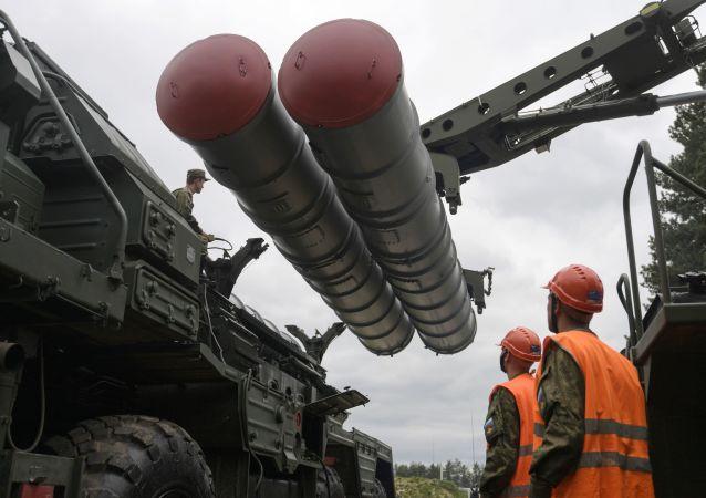 Un système de missiles sol-air S-400 Triumph