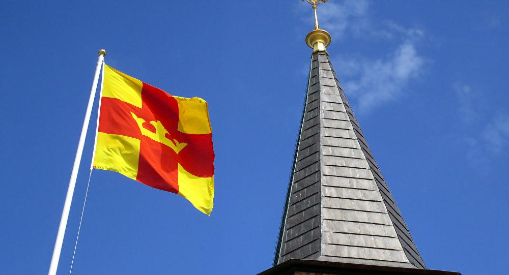 Le drapeau de l'église de Suède et le clocher de l'église de Smögen