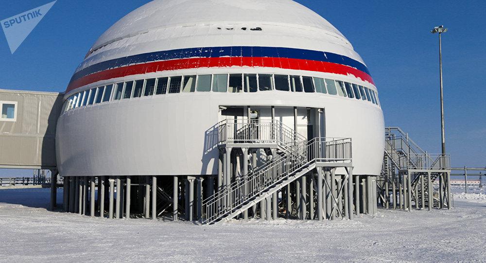 Base militaire Trèfle arctique sur la Terre d'Alexandra