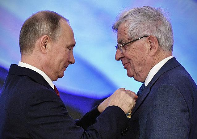 Jean-Pierre Chevènement décoré de l'Ordre de l'Amitié au Kremlin