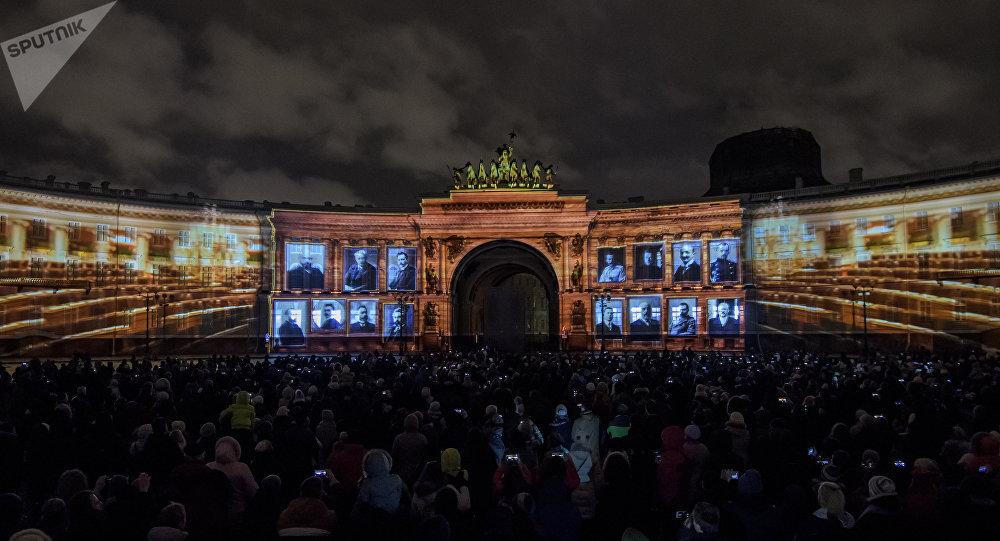 Spectacle de lumière sur la place du Palais à Saint-Pétersbourg