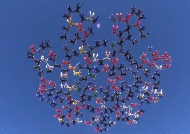 Record du saut groupé en parachute battus par 217 participants!