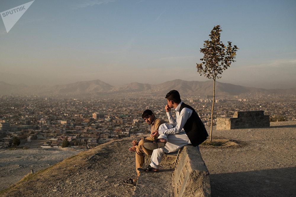 Des habitants de Kaboul se reposent.