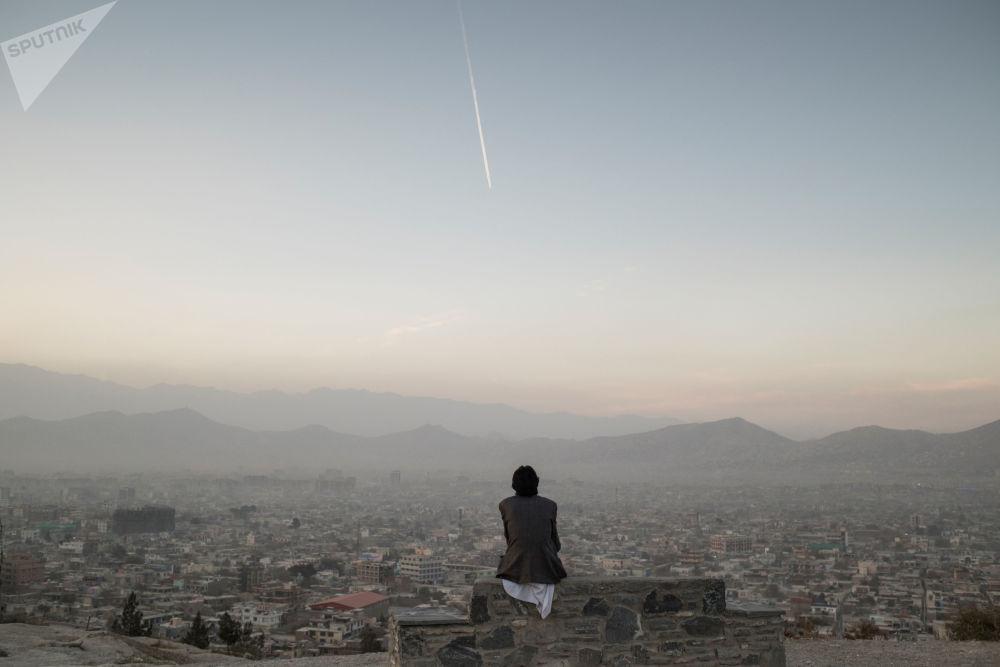 Un homme dans une rue de Kaboul.