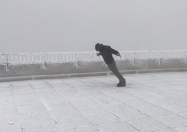 Un homme affronte des vents de 170 km/h