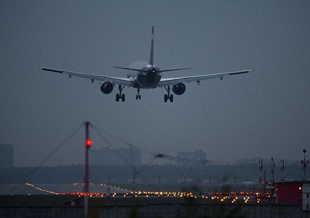 Un avion de ligne en atterrissage