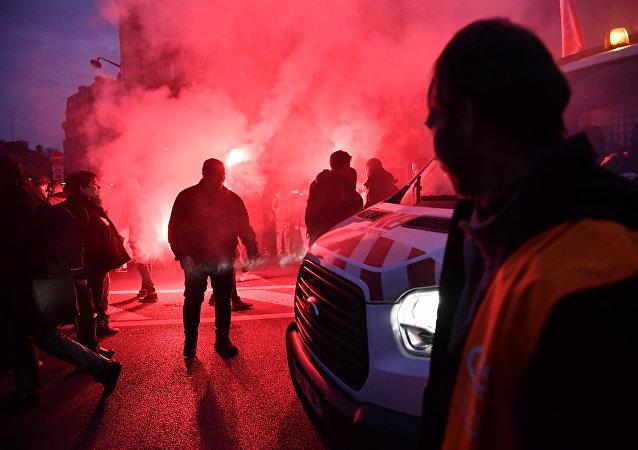 Les manifestants contre Macron s'attaquent à des banques à Paris