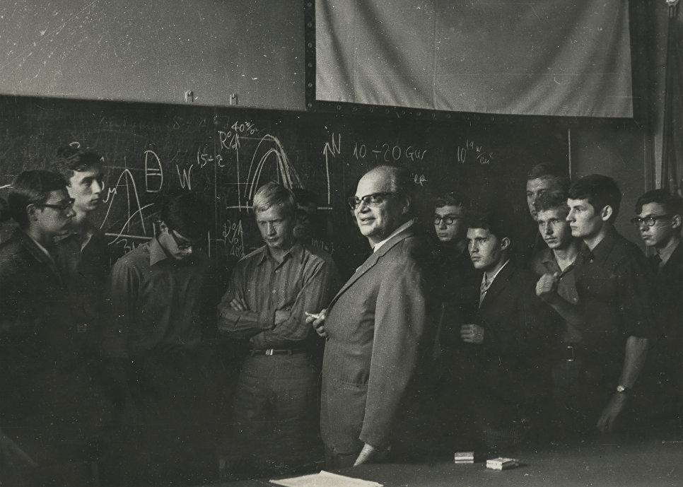 Le lauréat du prix Nobel de physique Nikolaï Bassov, diplômé du MEPhI en 1950, avec des étudiants dans les années 1960.