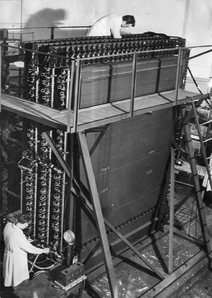 Réglage du calorimètre ionisant par le personnel du MEPhI (1964). Les équipements pesaient 40 tonnes, c'est pourquoi le processus de création et de montage du calorimètre se déroulait sous le slogan inscrit sur le plafond de la salle ronde du laboratoire: Le physicien doit travailler physiquement!