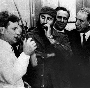 Le maître de conférences de la chaire de physique nucléaire du MEPhI A. Poliakov (premier à gauche), en présence des dirigeants cubains, lance le réacteur sous-critique élaboré pour Cuba (1968).