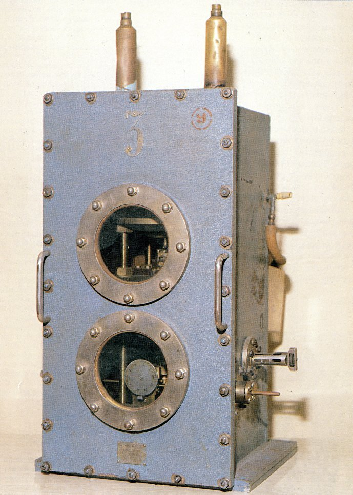 En 1955, les physiciens soviétiques Nikolaï Bassov et Alexandre Prokhorov ont créé le premier générateur moléculaire quantique expérimental (maser) qui est devenu le prototype de tous les lasers actuels. En 1964, Nikolaï Bassov et Alexandre Prokhorov ont reçu le prix Nobel de physique pour leurs travaux fondamentaux dans le domaine de l'électronique quantique qui ont conduit à la création de générateurs et d'amplificateurs selon le principe laser-maser.