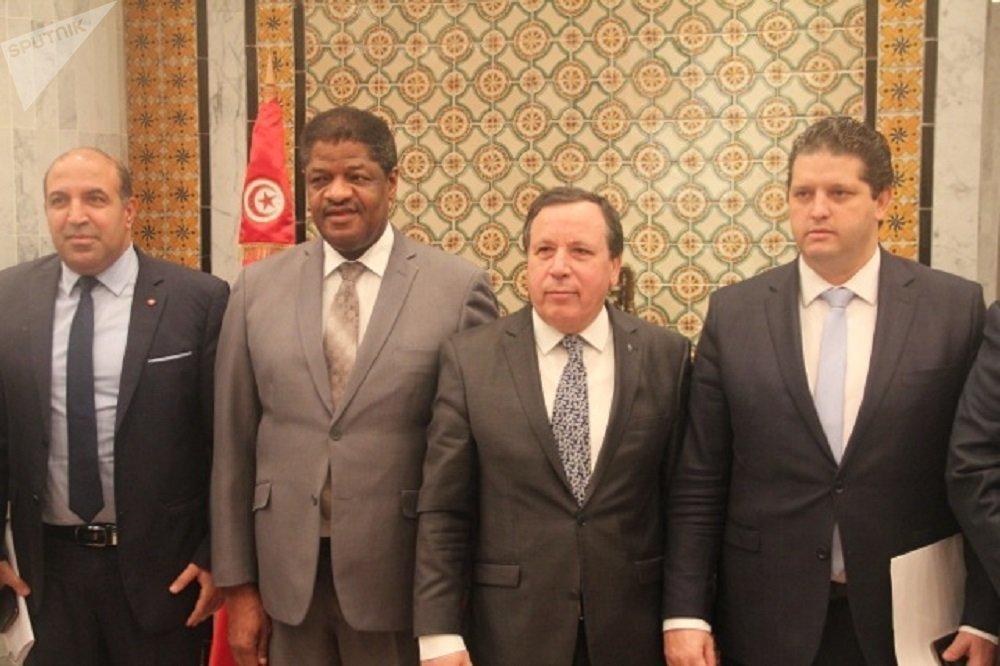 Au ministère tunisien des Affaires étrangères, de gauche à droite: Hatem Ferjani, secrétaire d'État auprès du ministre tunisien des Affaires étrangères chargé de la diplomatie économique. Marcel de Souza, président de la commission de la CEDEAO. Khemaïes Jhinaoui, ministre tunisien des Affaires étrangères. Omar Bahi, ministre tunisien du Commerce.
