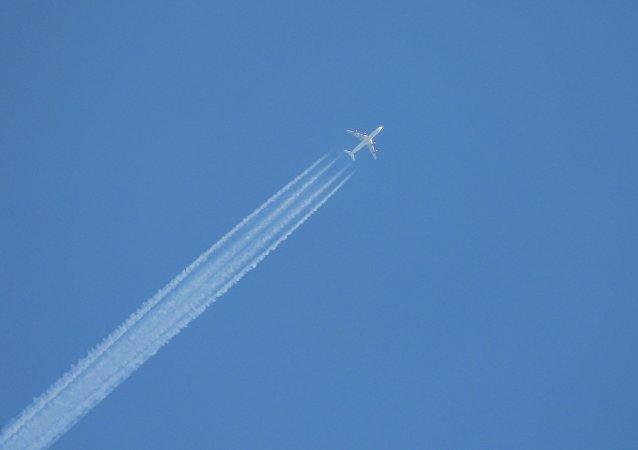 Un avion survolant le territoire russe