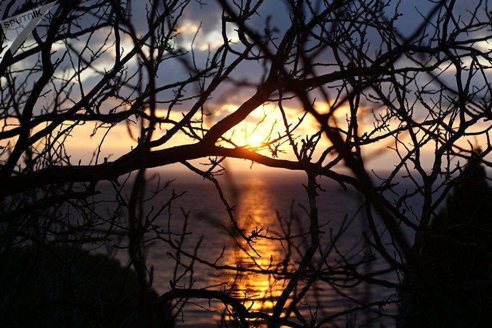 Le lever du soleil près de la mer Noire. La maison de cure Aï-Petri.