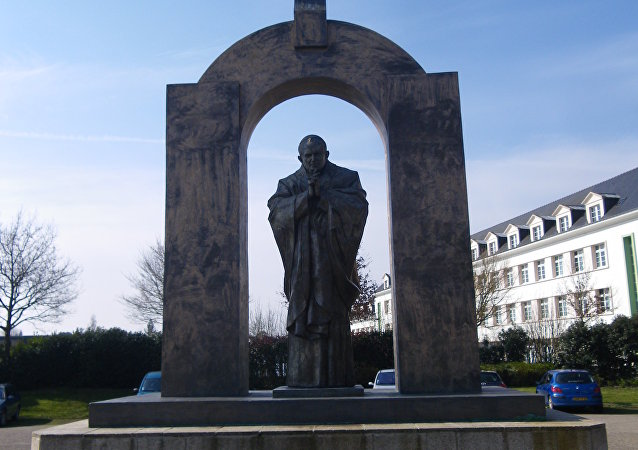 La statue de Jean Paul ll à Ploermel