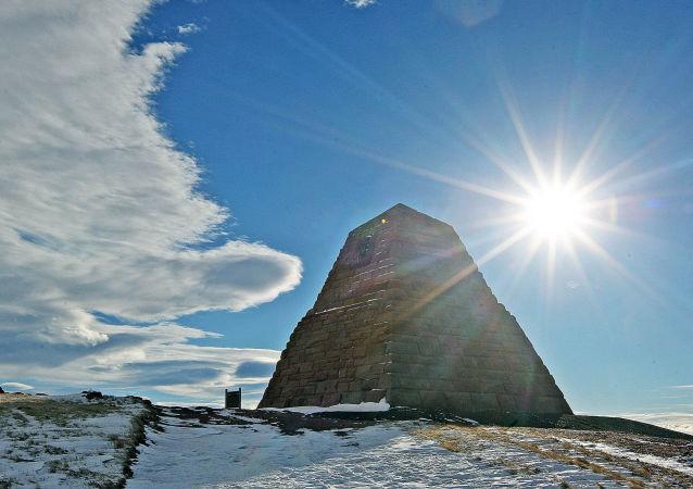 Гранитная пирамида Эймс Бразерс Монумент на территории Буфорд, США