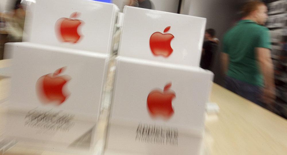 Des militants pénètrent de force dans un Apple Store parisien