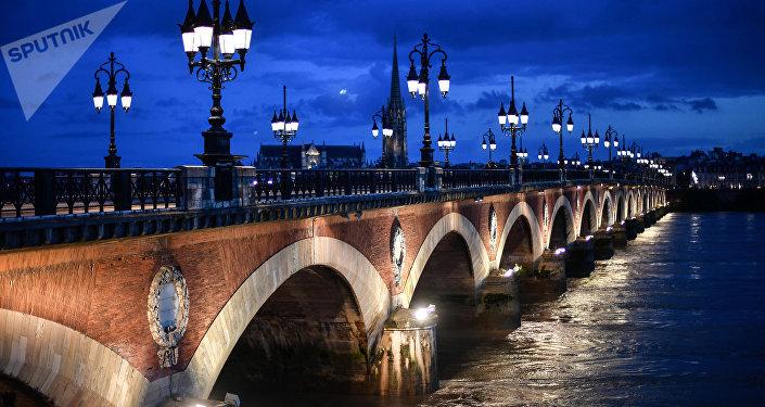 Pont vers Bordeaux au-dessus de Garonne