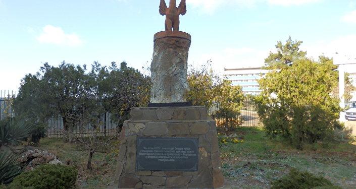 Le momunent en honneur du scientifique français Félix de Serra
