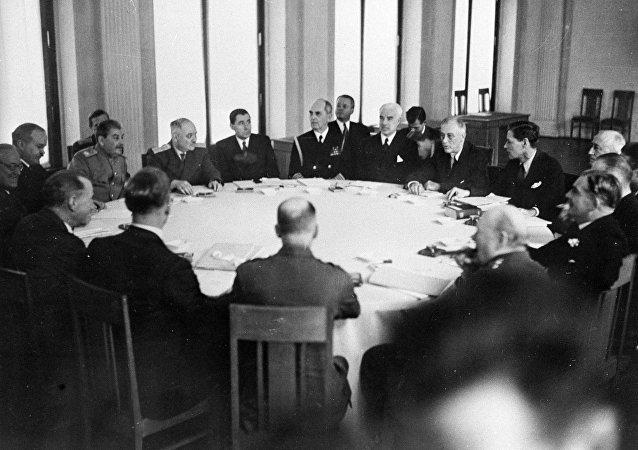 Les Alliés de la Seconde Guerre mondiale discutent  le destin du monde d'après-guerre