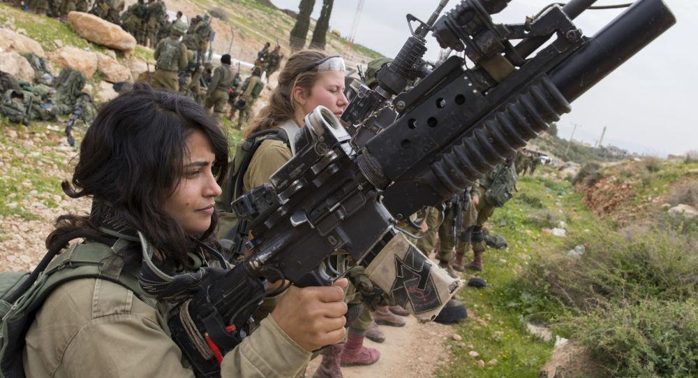 Jeunes Israéliennes lors d'un exercice militaire
