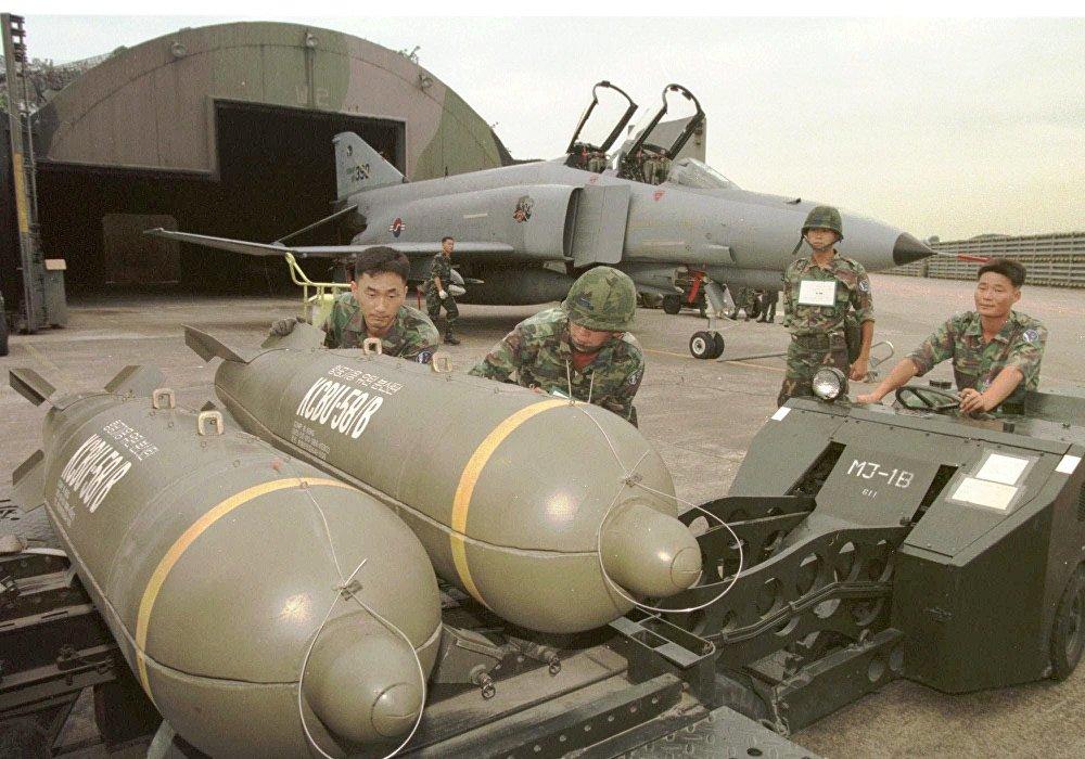 Des militaires sud-coréens préparent au chargement des bombes à sous-munitions CBU-58B lors de manœuvres conjointes de la Corée du Sud et des États-Unis, en 1997