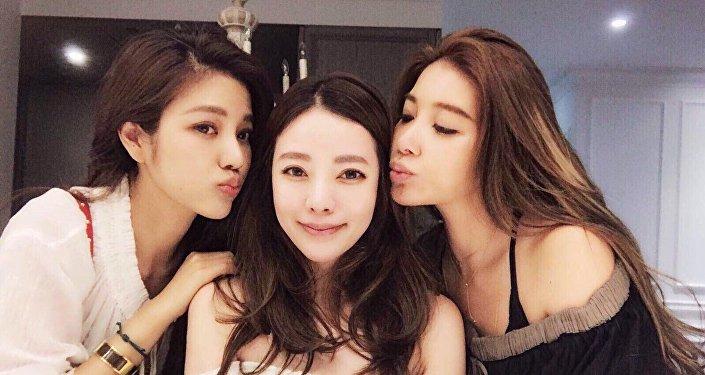 Fayfay Hsu (centre) et ses sœurs Lure (gauche) et Sharon (droite)