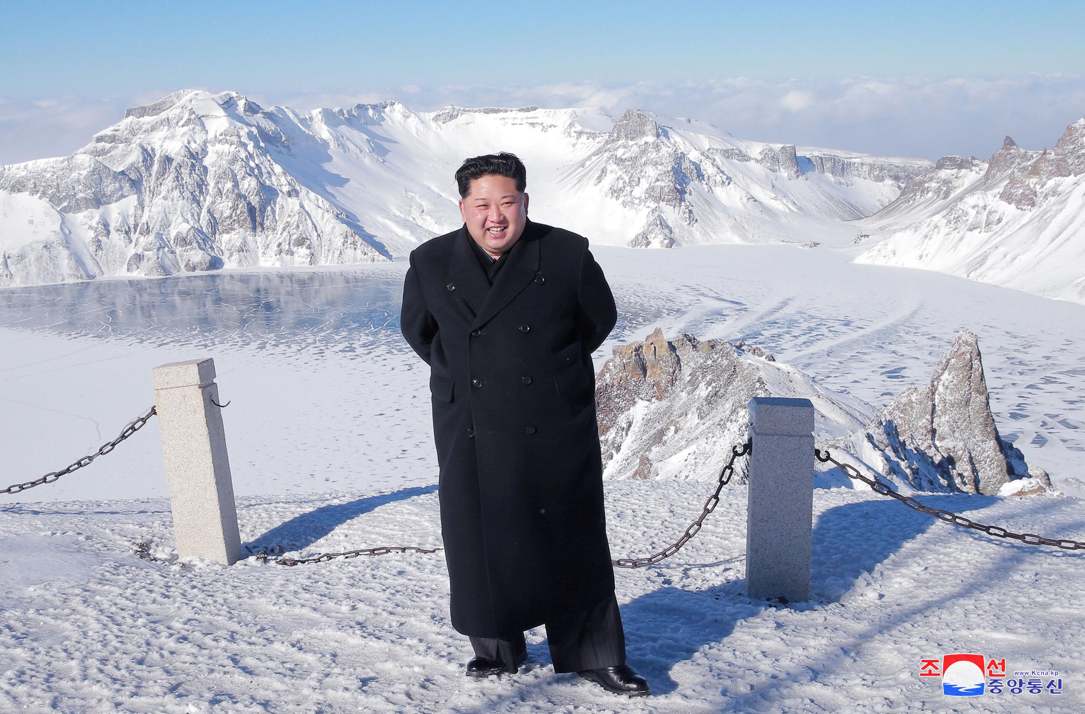 Le dirigeant nord-coréen Kim Jong-un visite le mont Paektu sur cette photo publiée par l'agence de presse de Corée du Nord (KCNA)