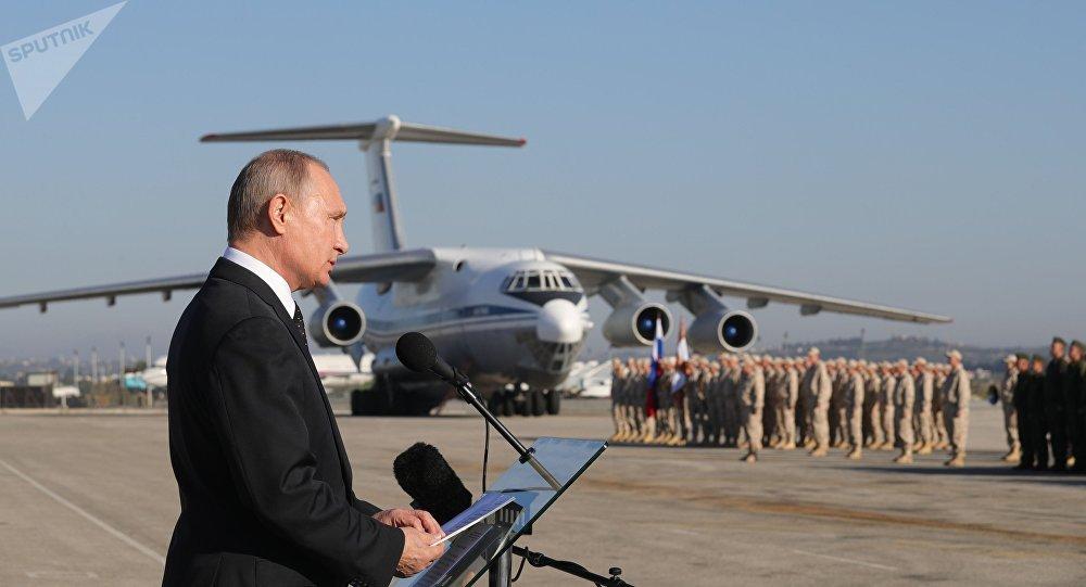 Vladimir Poutine sur la base aérienne de Hmeimim en Syrie