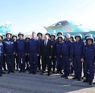 Vladimir Poutine visite la base aérienne de Hmeimim