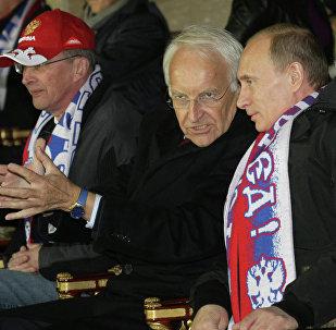 Edmund Stoiber et Vladimir Poutine, lors d'un match de football Russie-Allemagne (image d'archives)