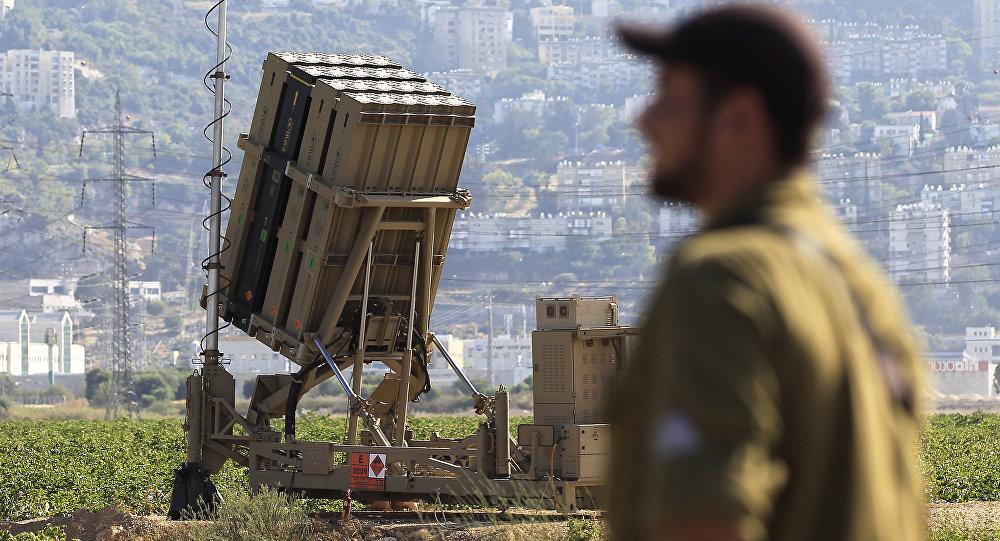 Un soldat israélien devant une batterie du système Dôme de fer