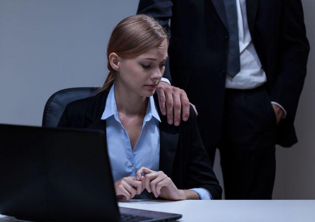 Une femme dans un bureau