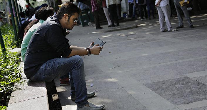 Un homme avec son portable