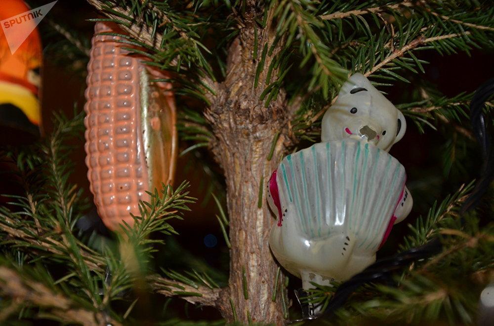 Décorations à sur pince pour sapin de Noël - Un épi de maïs et un ours jouant de l'accordéon
