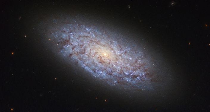 La galaxie naine NGC 5949, dont la répartition en matière sombre ne correspond pas aux théories cosmologiques contemporaines.