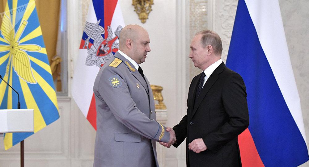 Vladimir Poutine (à droite) et Sergueï Sourovikine