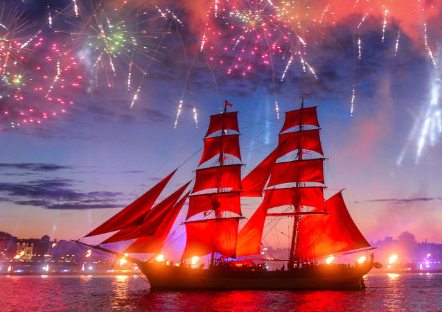 Le voilier suédois Tre Kronor sous les voiles écarlates, lors du feu d'artifice du festival de fin d'études «Voiles écarlates» à Saint-Pétersbourg.
