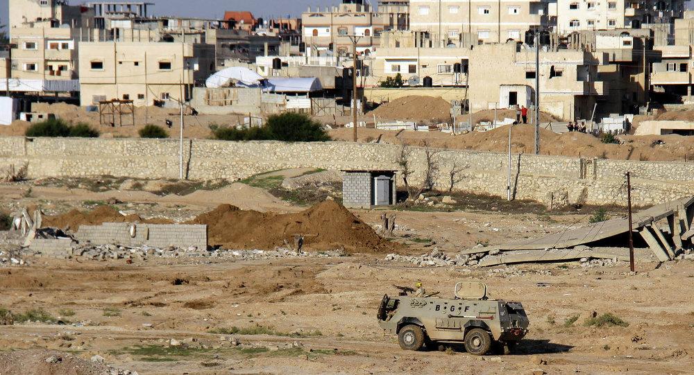 Un véhicule blindé égyptien dans le Sinaï
