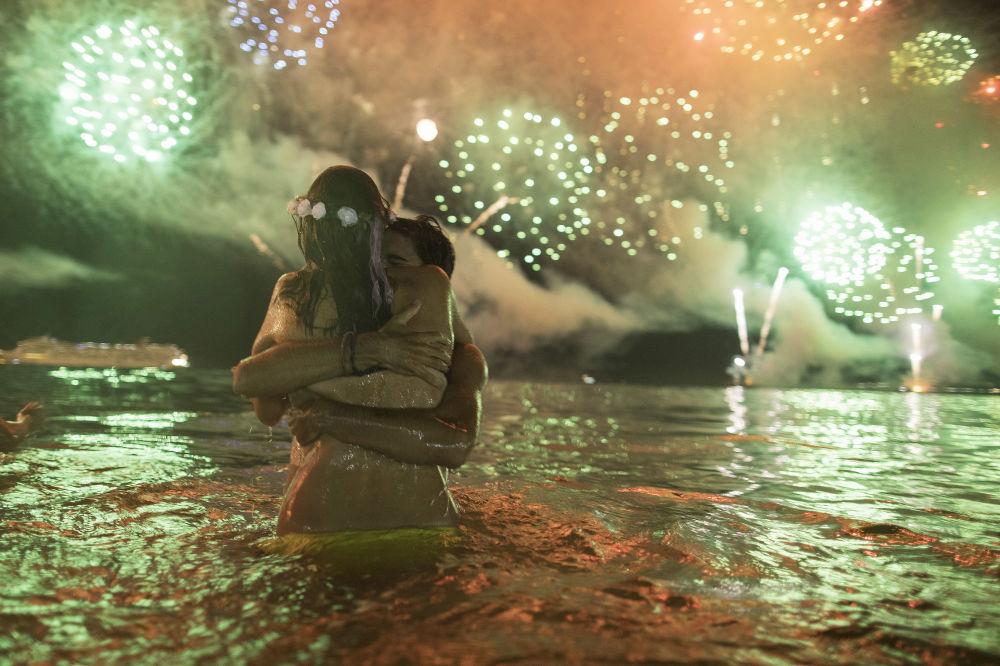 Un couple d'amoureux lors de la célébration du Nouvel An au Brésil
