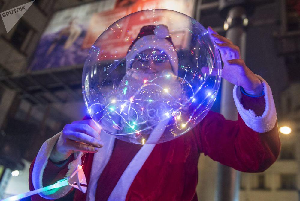 Un homme déguisé en Père Noël russe lors de la célébration du Nouvel An à Saint-Pétersbourg