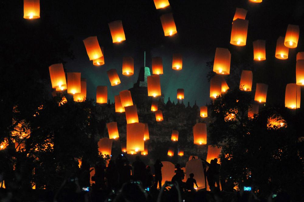 Lampions volants lors du Nouvel An en Indonésie