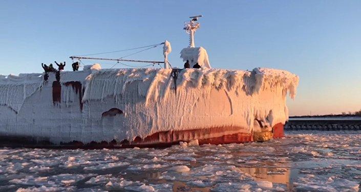 Un énorme navire glacé entre dans un port US