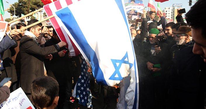 Des manifestants pro-gouvernementaux iraniens brûlent des drapeaux américain et israélien