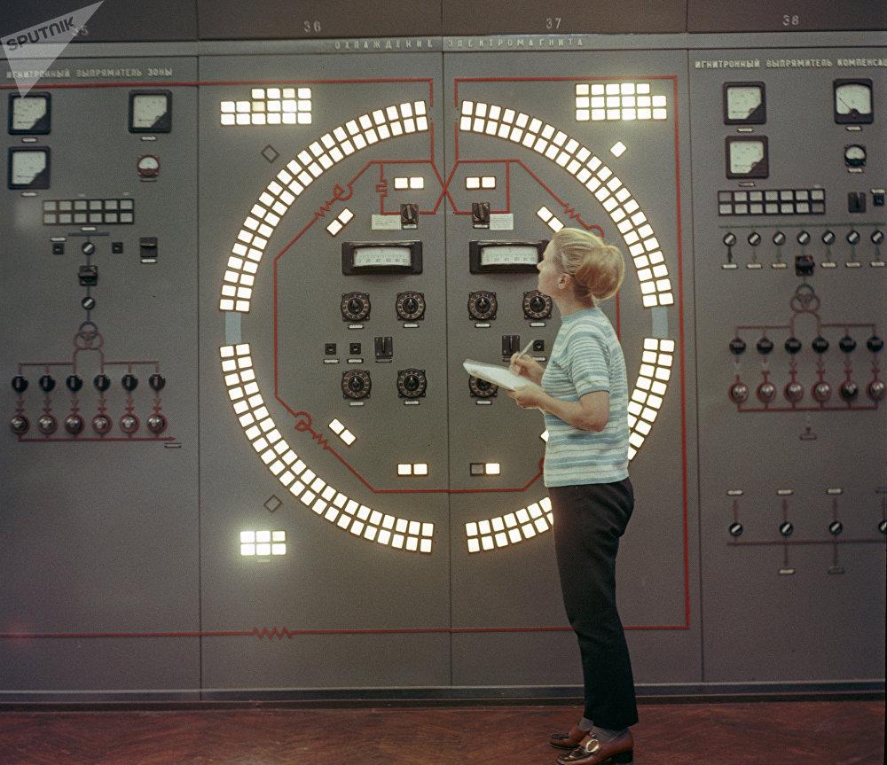 Poste de contrôle d'un synchrophasotron (accélérateur de particules) soviétique