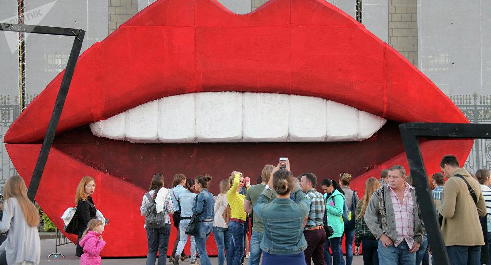 Une oeuvre d'art en forme de lèvres au parc Gorki de Moscou