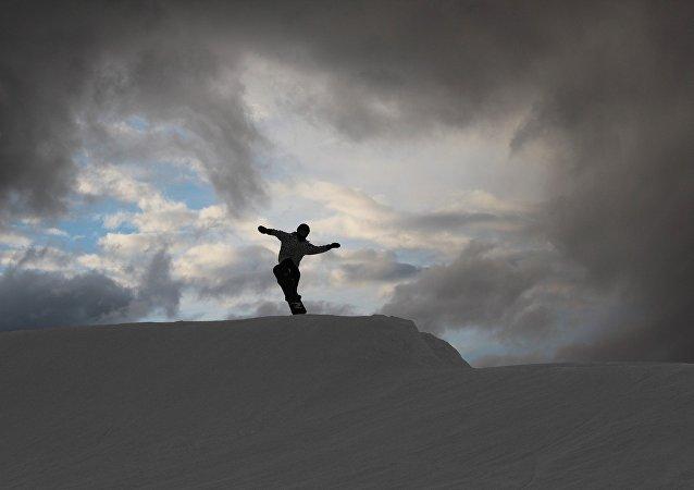 un snowboarder