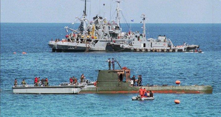 Un sous-marin nord-coréen et des bateaux sud-coréens