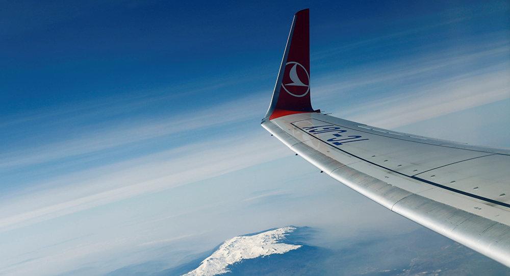 VIDÉO - Turquie : un avion loupe son atterrissage et termine sur une falaise