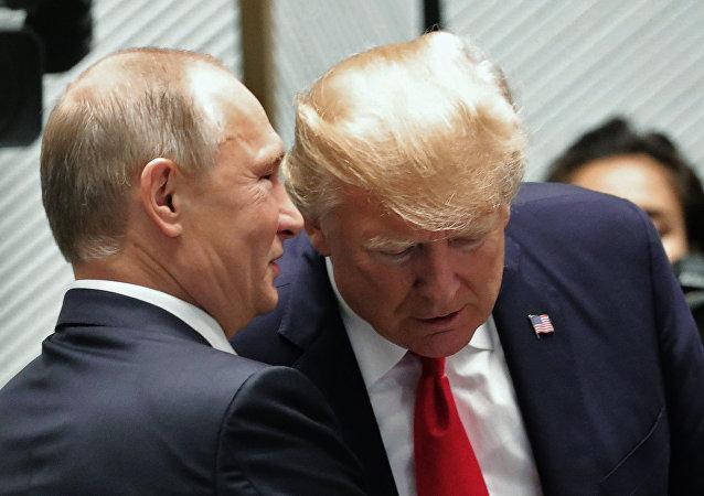 11 ноября 2017. Президент РФ Владимир Путин и президент США Дональд Трамп (справа) перед рабочим заседанием лидеров экономик форума Азиатско-Тихоокеанского экономического сотрудничества (АТЭС).